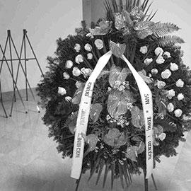 Praktyczny wieszak na wieniec pogrzebowy